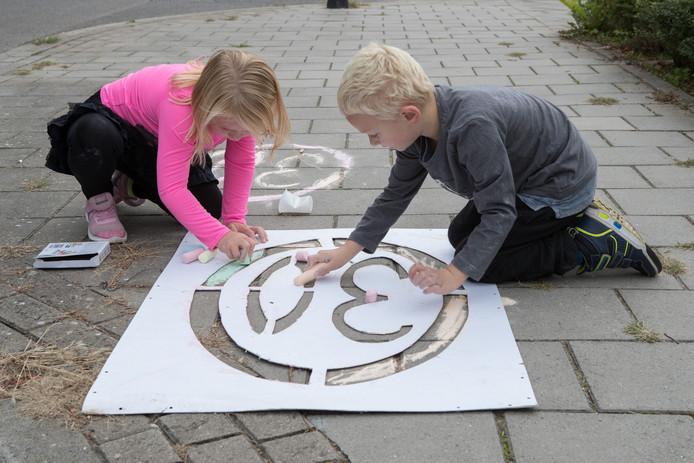 Wethouder Dennis Melenhorst laat op de Ceintuurbaan onder meer dertig exemplaren plaatsen van het snelheidsbord 30, dat door kinderen is ontworpen. Hij wacht het overleg van 18 december met de bewoners af voordat hij zich uitlaat over maatregelen voor de lange termijn.