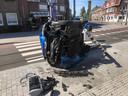 De auto botste tegen een verkeerslicht en belandde zwaar beschadigd op de zijkant.