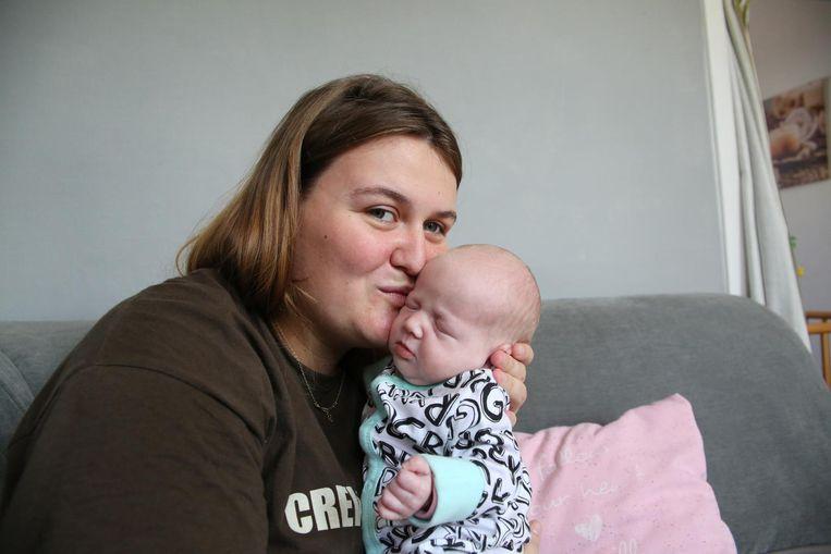 Lovely (22) wist niet dat ze zwanger was tot de dokters het haar vertelden. Drie uur later beviel ze van haar kersverse en kerngezonde dochter Maité.