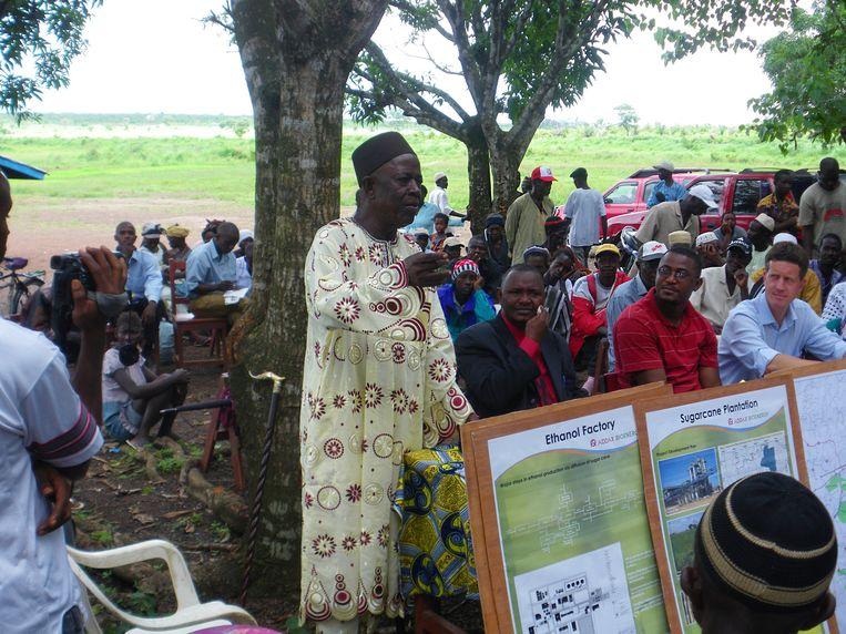 In het suikerrietproject in Sierra Leone, dat FMO ook ondersteunt, wordt de lokale bevolking over de bio-ethanolproductie geïnformeerd. Beeld
