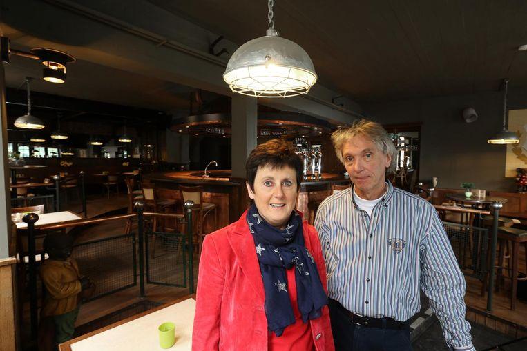 Carinne en Erwin Verlies, de vroegere uitbaters van café Uilenspiegel in Hasselt, openen nu café Den Uil.