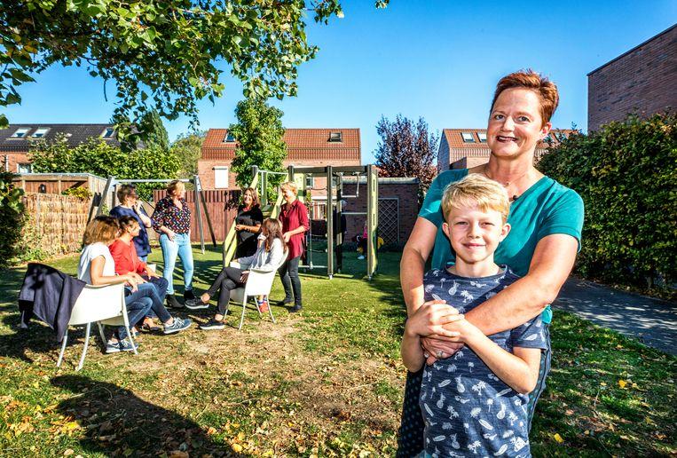 Emily Hasekamp (46) in de speeltuin met haar zoon Thijs (9).  Beeld Raymond Rutting / de Volkskrant