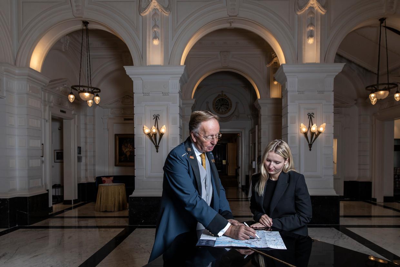 Conciërge Aad van den Berg neemt na 28 jaar afscheid van het Amstel Hotel. Beeld Dingena Mol