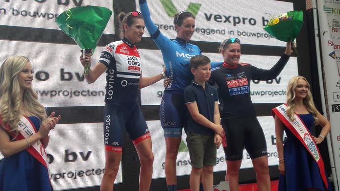 Het podium in Gilze. Winnares Minke Slingerland (met jongste zoontje), nummer twee Dèvon Kuijstermans (links) en Britt Teunissen.