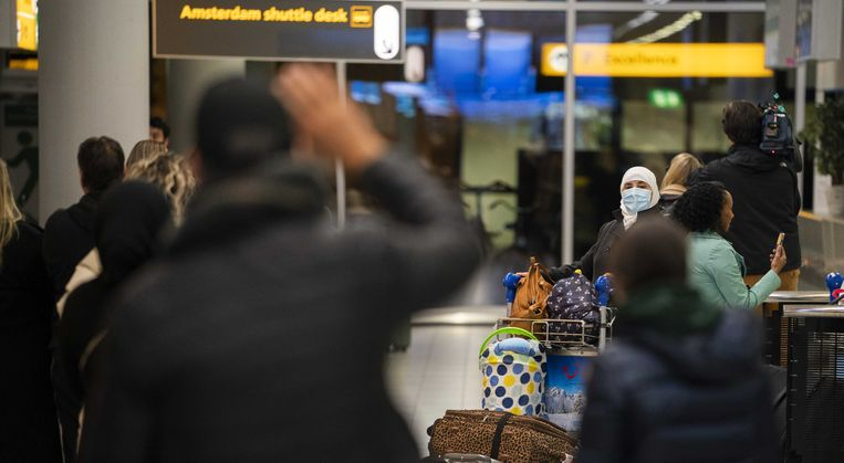 Nederlanders op Schiphol, thuisgekomen na de eerste repatriëringsvlucht, zo'n drie weken geleden.  Beeld ANP, Jeroen Jumelet