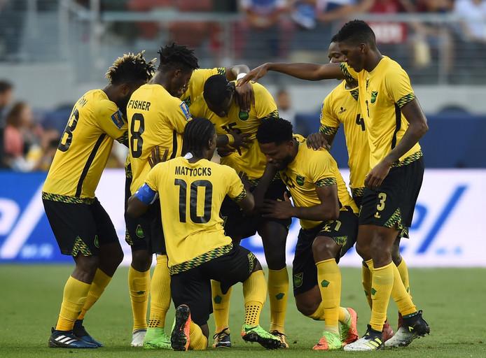 Jamaica viert de gelijkmaker kort na rust van Je-Vaughn Watson (derde van rechts).