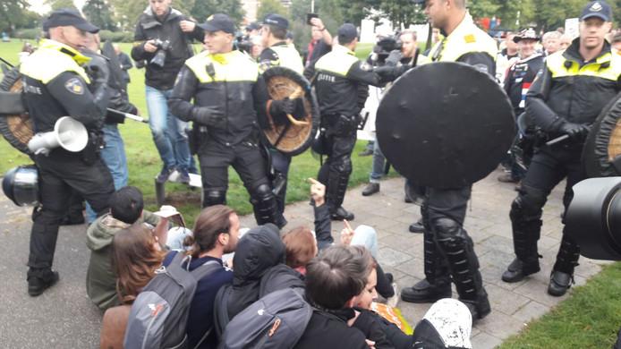 AFA-aanhangers proberen de mars van Pegida te verstoren.