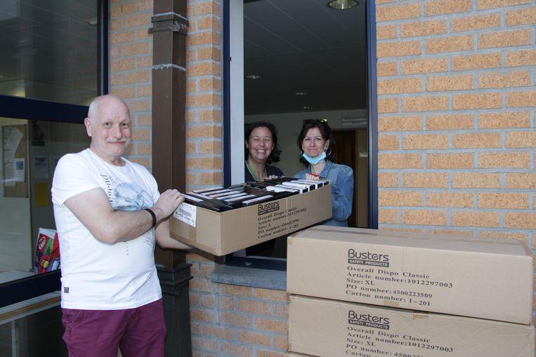 WZC Den Beuk ontvangt tientallen dozen met beschermingspakken.
