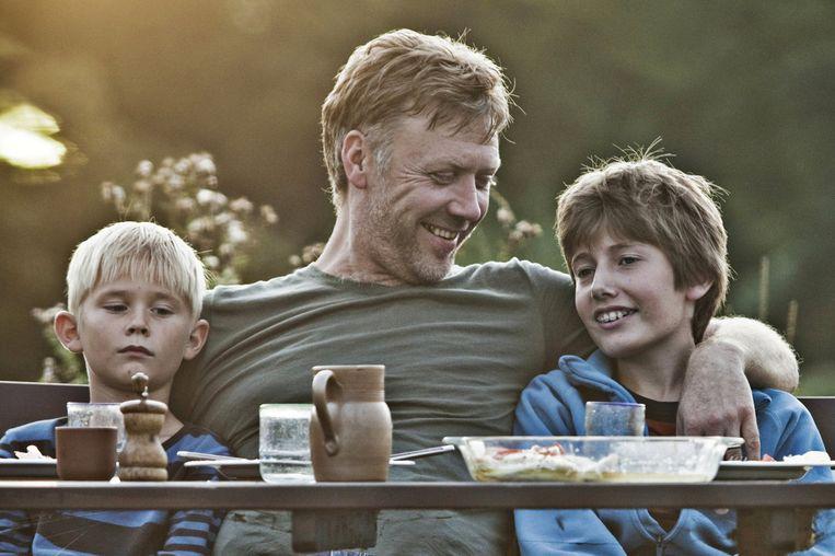 Mikael Persbrandt (midden) als Anton in In a Better World. Beeld Sony/Zentropa
