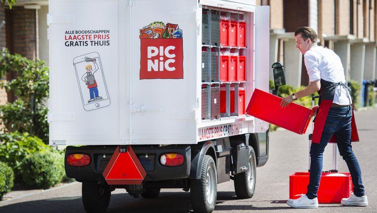 Een medewerker van de online supermarkt Picnic bezorgt boodschappen bij een klant. Beeld anp