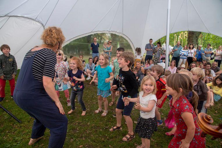 Kindervoorstelling op het Zaradi Tebe Festival in het Keizerpark