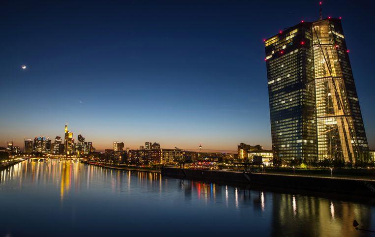 De skyline van Frankfurt, met rechts het gebouw van de Europese Centrale Bank (ECB). Toezichtdirecteur Frank Elderson, nu toezichtdirecteur van De Nederlandsche Bank, maakt een goede kans op een plek in de directie van de ECB. Beeld EPA