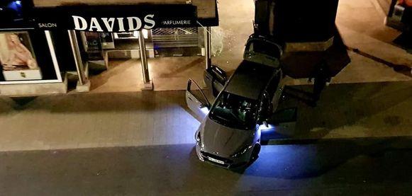De vluchtauto van de daders.