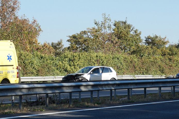 De auto raakte zwaar beschadigd en wacht om door een takelbedrijf te worden opgehaald.