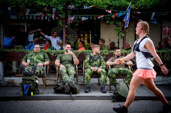 Een groepje militairen geniet van een korte pauze.