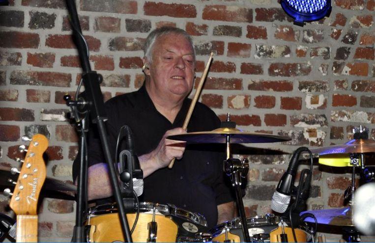 Gorgon Romme aan zijn drumstel.