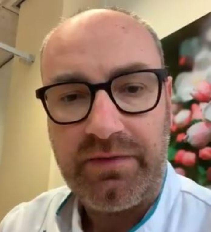 Internist bij Radbou Bas Schouwenberg vertelt in een video over zijn ervaring op de covid-afdeling van het ziekenhuis.