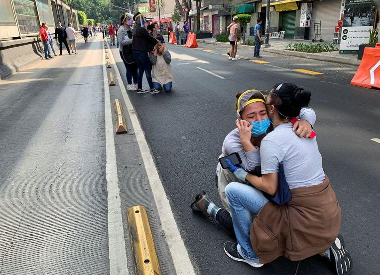 In Mexico City liepen bezorgde inwoners de straten op.