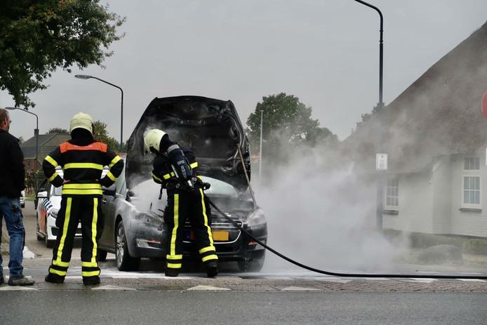 De auto vatte vlam op de kruising van de Steenovensebaan met de Dongenseweg in Rijen