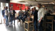 Glabbekenaren volgen verkiezingen op groot scherm