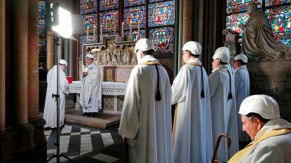 Eerste misviering sinds brand in Notre-Dame, mét bouwhelmen op
