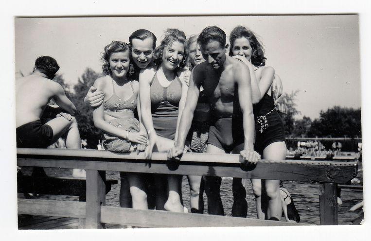 Verkoeling in het openluchtbad met Nederlandse meisjes. Beeld Collectie Gerard Groeneveld