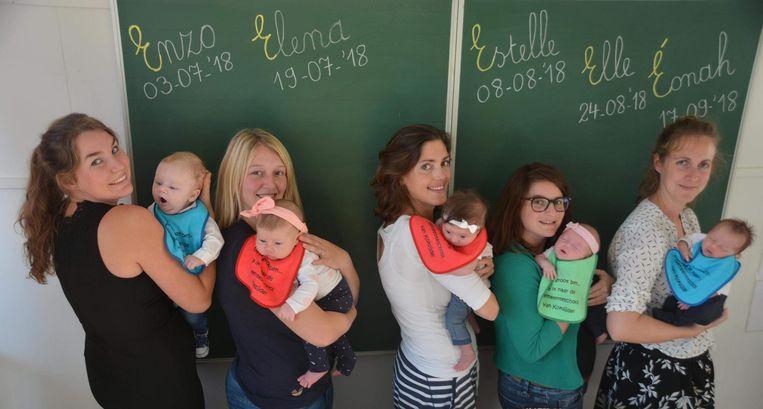 Lise met Enzo, Ilona met Elena, Hélène met Estelle, Anneke met Elle en Shana met Éonah.