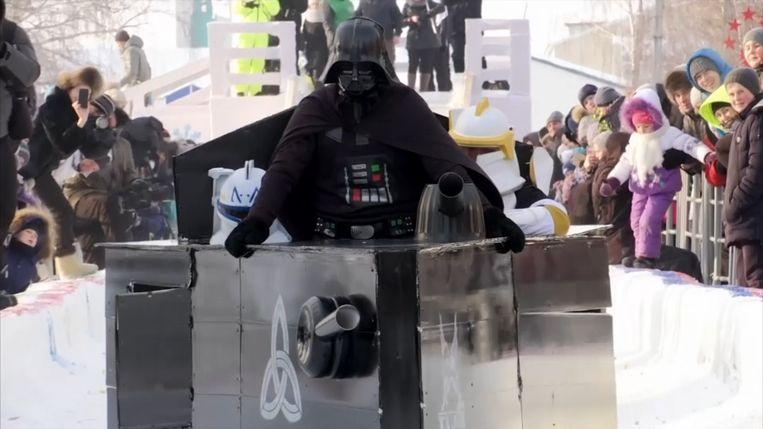Darth Vader glijdt in zijn slee de heuvel af.