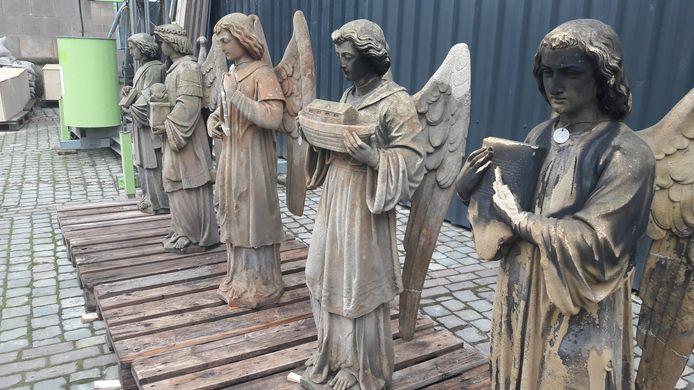 Engelen van de Sint-Jan staan op de grond voor restauratie
