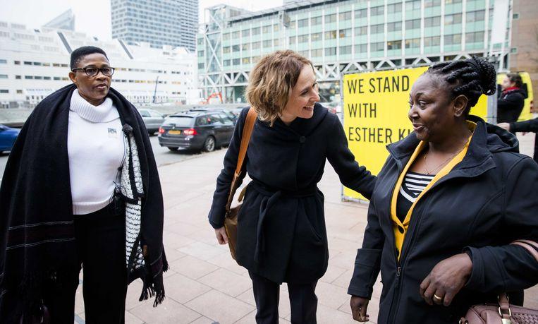 Weduwen Esther Kiobel (links) en Victoria Bera, komen aan bij de rechtbank. Tussen hen in advocaat Channa Samkalden. Beeld ANP