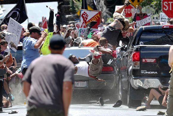 Een persoon overleed en tientallen anderen raakten gewond toen een auto op de mensenmassa inreed.
