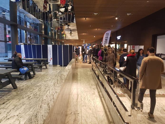 Drukte bij het stembureau op station Breda waar ook voor het waterschap Brabantse Delta kon worden gestemd.