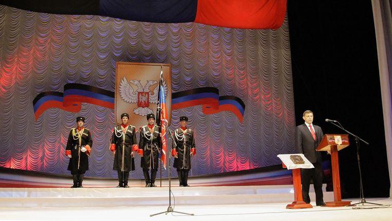 Alexander Zachartsjenko (rechts) tijdens zijn inauguratie als leider van de Volksrepubliek Donetsk. Beeld epa