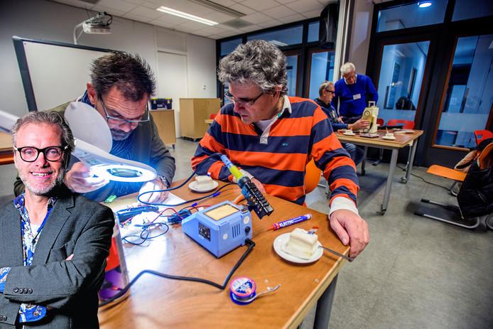 Repair Café in BaLaDe, René en Jack aan het werk