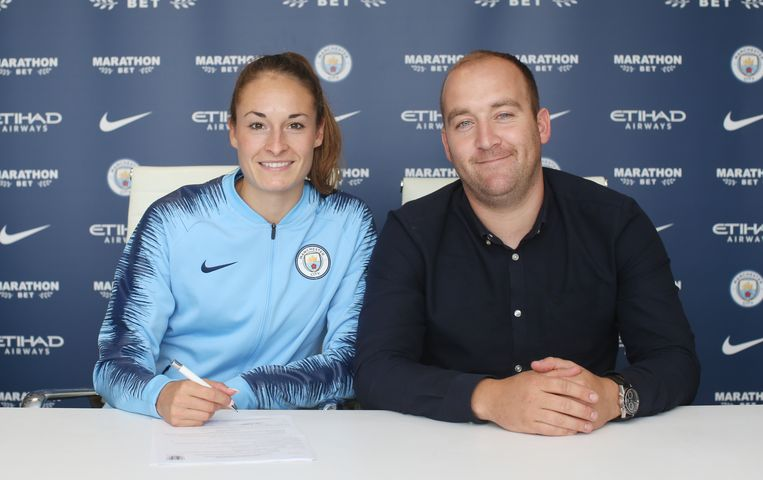 Hier wordt ze geflankeerd door Nick Cushing, de trainer/manager van Man City.