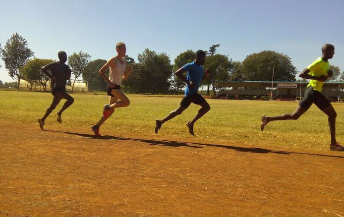 Valentijn Weinans (tweede van links) trainde drie maanden in Kenia.