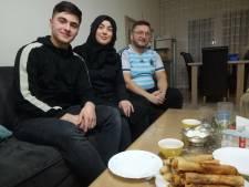 In de Pioenroosstraat in Eindhoven: Alle drie bij de 'Appie' aan het werk