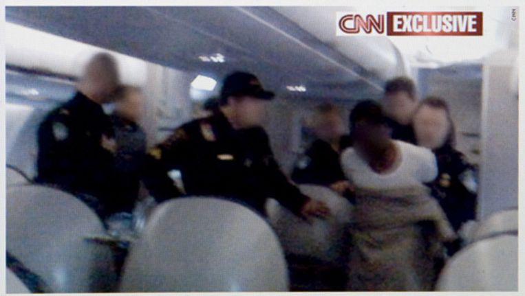 Screengrab van cnn.com. De website van CNN toont een foto van de arrestatie van de 23-jarige Nigeriaan Farouk Abdulmutallab, die vrijdagavond heeft geprobeerd een toestel van Northwest Airlines op te blazen, dat van Schiphol onderweg was naar naar Detroit in de Verenigde Staten. Foto ANP Beeld