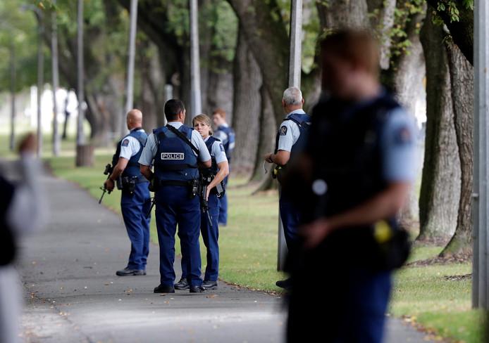 Zwaar bewapende politie in Christchurch.