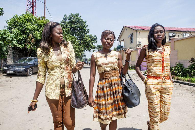De Kinois, de inwoners van Kinshasa, grijpen elke dag aan om stijlvol gekleed voor de dag te komen. Beeld yvonne brandwijk