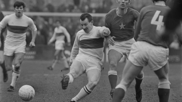 1969: Harry Heijnen haalt uit voor ADO in een wedstrijd tegen MVV.