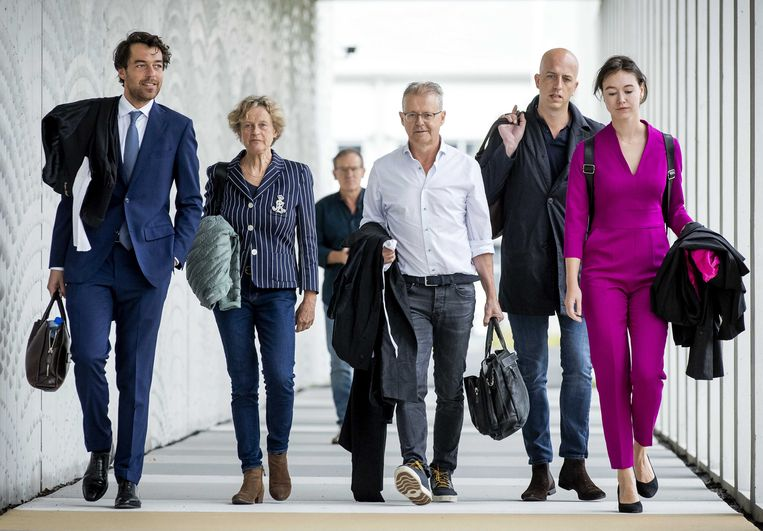 Advocaten Juriaan de Vries, Benedicte Ficq, Nico Meijering, Christian Flokstra en Laura ter Steeg bij de rechtbank. Beeld ANP