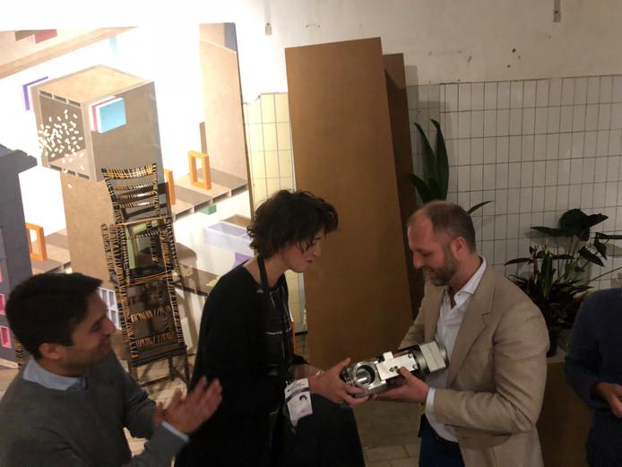 Ivo Hulskamp (rechts) en Tim Kouthooft krijgt de publieksprijs - een afsluiter van een van de productiemachines van Campina - van Elisabeth Boersma van BPD in de ontwerpprijs Campina Circulair in Eindhoven.