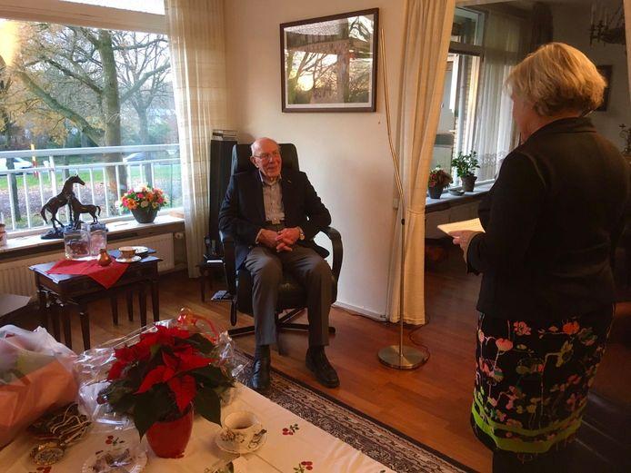 Minister Ank Bijleveld houdt haar speech in het appartement van Marten Mobach.