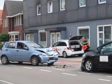 Twee auto's botsen frontaal tegen elkaar in Dorst