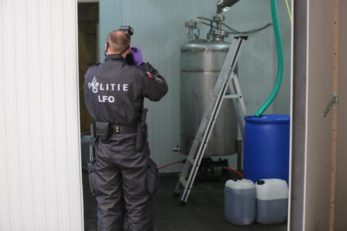 Politie doet onderzoek in het drugslab in Roosendaal.