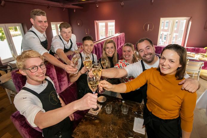 Restaurant Sukerieje uit Dalfsen staat voor het eerst in de Lekker 500., het hele team proost op die vermelding. Rechts gastvrouw en sommelier Claudia Oro met haar partner en chefkok Martijn Kuik.