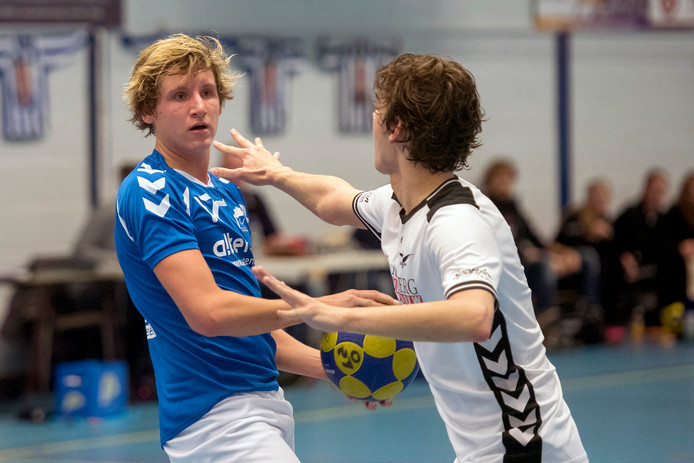 Oost-Arnhem, hier met Bas van de Pijpekamp tegen De Meeuwen, wint thriller in laatste seconden.