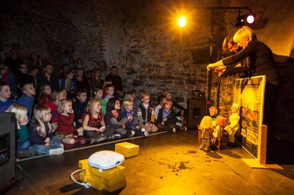 Figurentheater Tok voert een stuk op over de wafels van Max.
