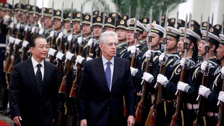 De Italiaanse premier Mario Monti met zijn Chinese ambtsgenoot Wen Jiabao tijdens een welkomstceremonie voor de Italiaan in Peking. Beeld epa